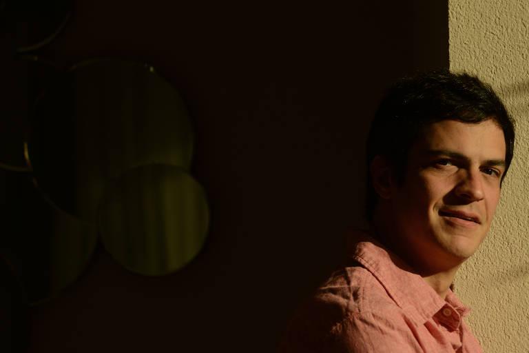 O ator Mateus Solano posa para fotos em hotel de São Paulo