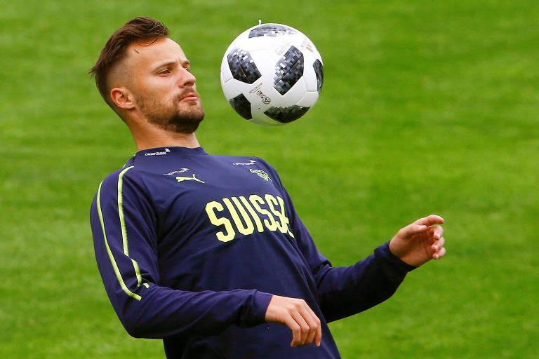 Jogador do Benfica Haris Seferovic domina a bola com o peito