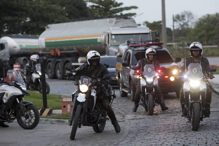 Polícia do Exército escolta caminhões para fora de refinaria no Rio