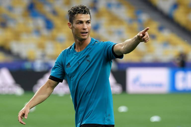 Cristiano Ronaldo pode ficar mais perto de seu sexto prêmio de melhor do mundo com o título neste sábado (26)