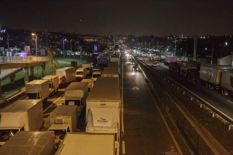 Caminhoneiros fazem bloqueio na rodovia Regis Bittencourt no quinto dia de paralisação