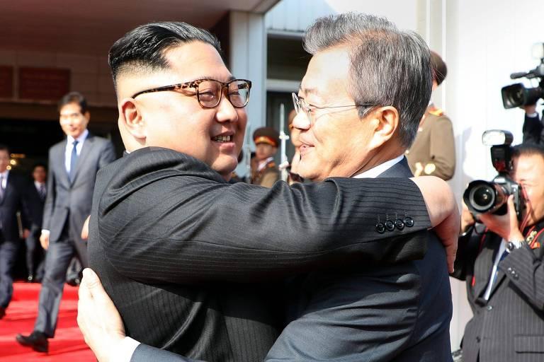 O presidente da Coreia do Sul, Moon Jae-in, à dir., cumprimenta o ditador norte-coreano Kim Jong-un, antes da reunião na zona desmilitarizada