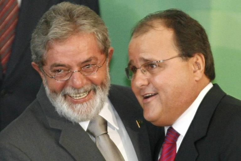 Lula abraça Geddel sorridentes  durante cerimônia no Palácio do Planalto, em Brasília em 2007