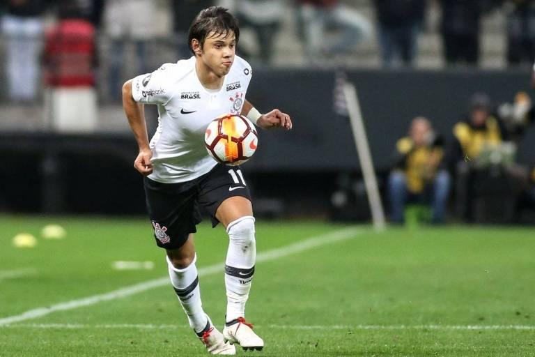 O atacante mata bola no peito em jogo pela Libertadores contra Millonarios, na Arena Corinthians