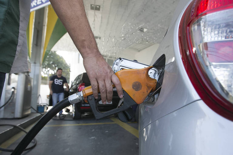 Frentista enche tanque de carro em posto de combustíveis na zona leste de São Paulo