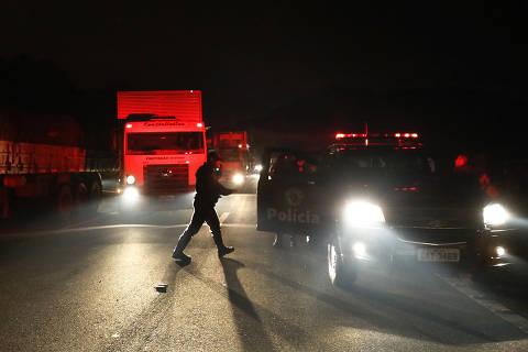 Caminhoneiros temem dispersão e pedem que moradores continuem apoiando