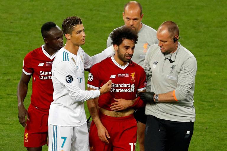 O atacante Salah, do Liverpool, é consolado por Cristiano Ronaldo, do Real Madrid, no momento de sua substituição