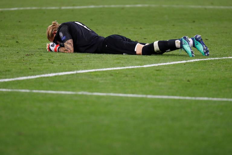O goleiro Loris Karius, do Liverpool, lamenta uma de suas duas falhas na final contra o Real Madrid