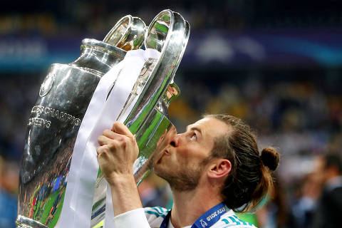 Soccer Football - Champions League Final - Real Madrid v Liverpool - NSC Olympic Stadium, Kiev, Ukraine - May 26, 2018   Real Madrid's Gareth Bale celebrates winning the Champions League by kissing the trophy   REUTERS/Hannah McKay     TPX IMAGES OF THE DAY ORG XMIT: AI