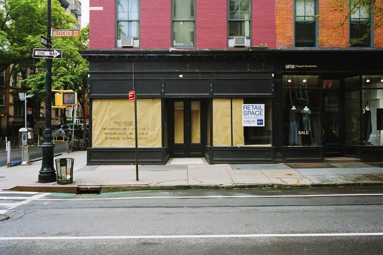 Placa de imobiliária no espaço onde funcionava loja da grife Ralph Lauren em Greenwich Village