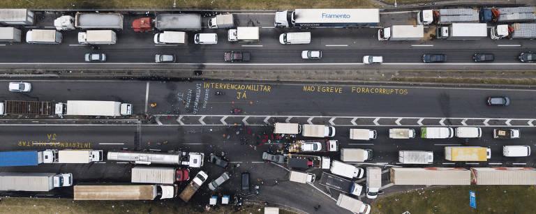 Vista aérea de Fila de caminhões durante greve de caminhoneiros da rodovia Régis Bittencourt, próximo a Embu das Artes