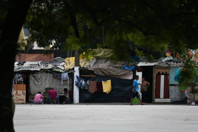 Barracos da favela do Cimento, ao lado da av. Radial Leste, zona leste de SP