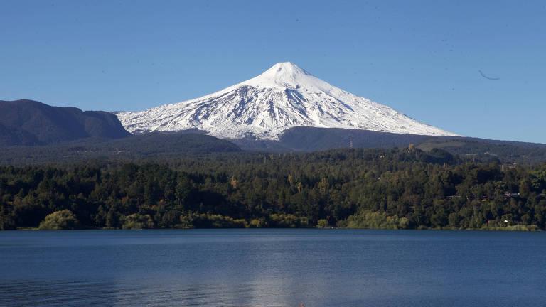 Pucón é uma cidade situada no sul do Chile, cercada pelo lago e vulcão Villarrica