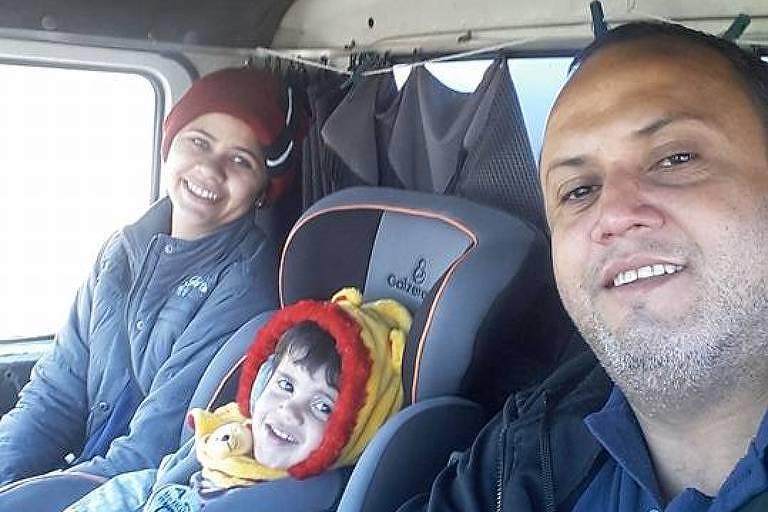 Foto do caminhoneiro Aguinaldo José de Oliveira, 39, com a família na boleia do caminhão. Ele teve um princípio de infarto em ato durante a paralisação da categoria, em Campinas