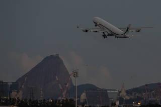 Avião da seleção brasileira decola no aeroporto do Galeão, no Rio de Janeiro