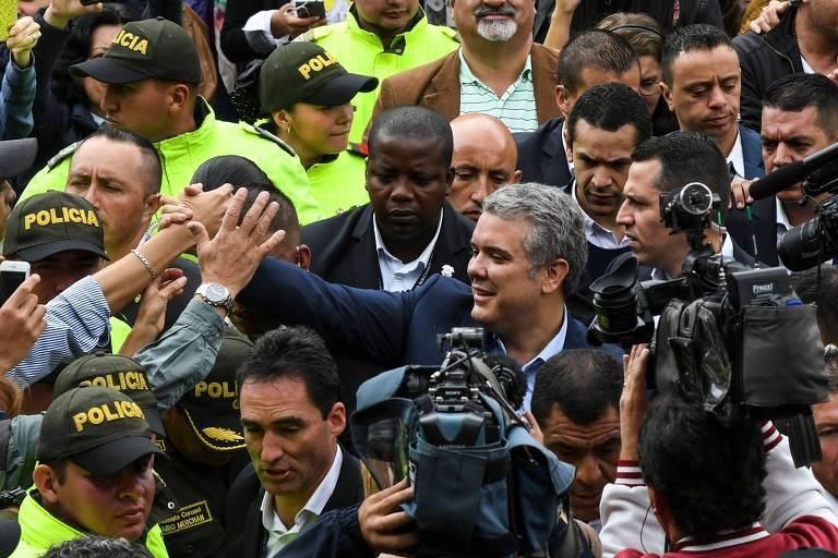 O candidato a presidente da Colômbia Iván Duque cumprimenta apoiadores em Bogotá