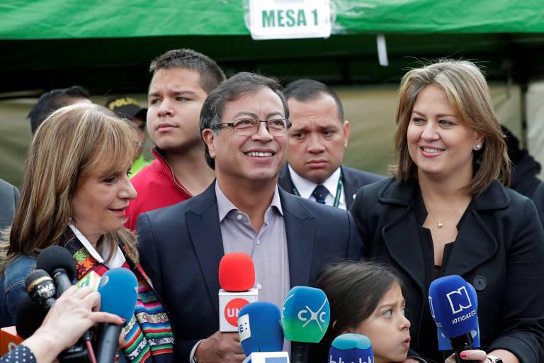 O candidato de esquerda Gustavo Petro fala depois de votar em Bogotá