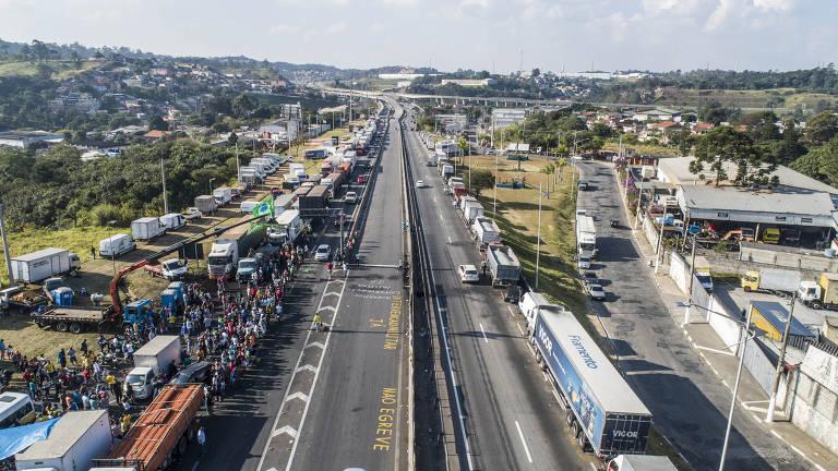 Fila de caminhões durante greve de caminhoneiros da rodovia Régis Bittencourt, próximo a Embu das Artes