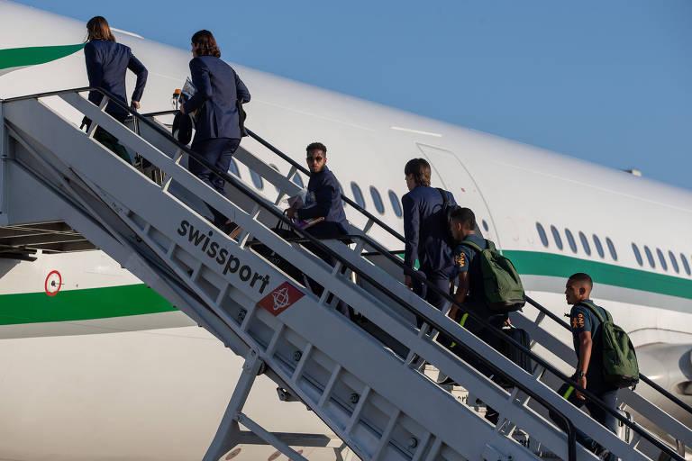 Jogadores da Seleção Brasileira embarcam para Londres, no aeroporto do Galeão, no Rio de Janeiro. A Seleção fara em Londres o primeiro dos dois amistosos que antecede a Copa do Mundo da Russia