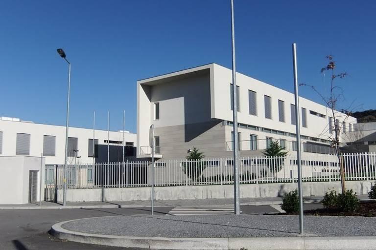 Prédio branco onde funciona a Escola da Ponte