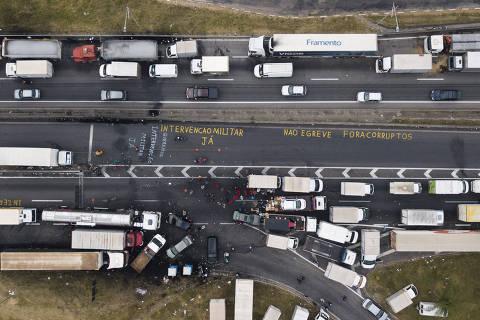 EMBU DAS ARTES - SP - 26.05.2018 -  Fila de caminhões durante greve de caminhoneiros da rodovia Régis Bittencourt, próximo a Embu das Artes.  (Foto: Danilo Verpa/Folhapress, MERCADO)