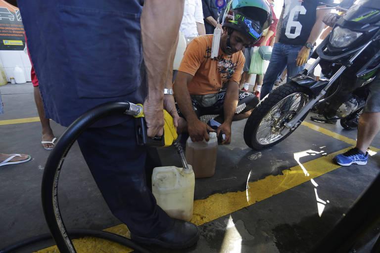 População se adapta às restrições impostas pela falta de combustíveis