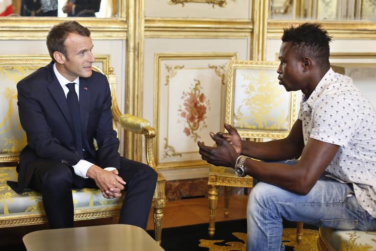 O presidente francês,  Emmanuel Macron (à esquerda), ao lado do imigrante Mamoudou Gassama, 22,  em Paris