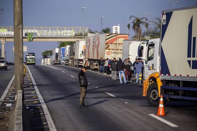 Caminhoneiros mantêm protesto na Regis Bittencourt