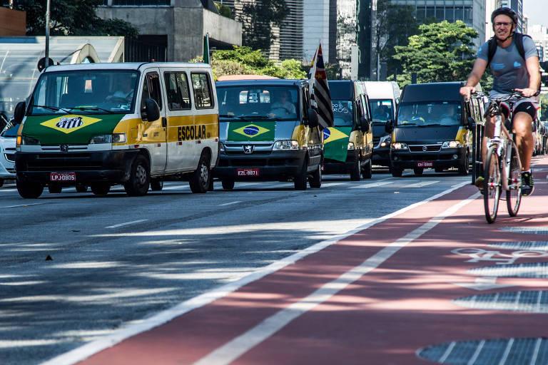 Motoristas de vans escolares protestam na avenida Paulista em apoio à greve dos caminhoneiros pela redução do preço dos combustíveis