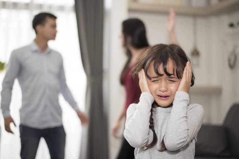 Pais brigando na frente dos filhos