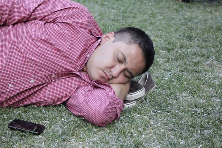 Homem dormindo em parque