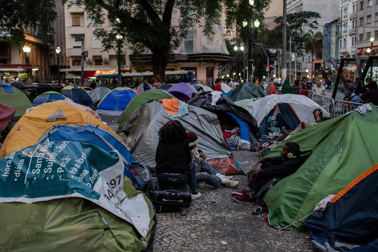 Famílias de sem-teto moram há mais de um mês em barracas no Largo do Paissandu, no centro de São Paulo