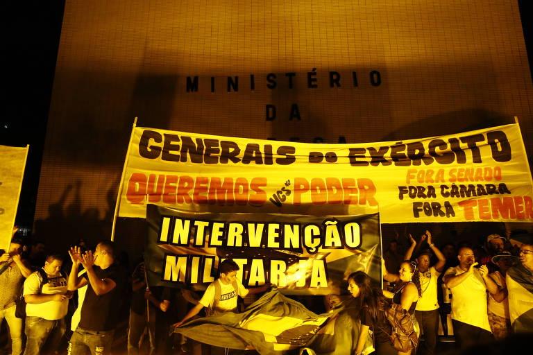 Manifestantes pedem a saída de Temer e intervenção militar em protesto na esplanada dos ministérios. Eles passaram pelo palácio do planalto e foram até o ministério da defesa