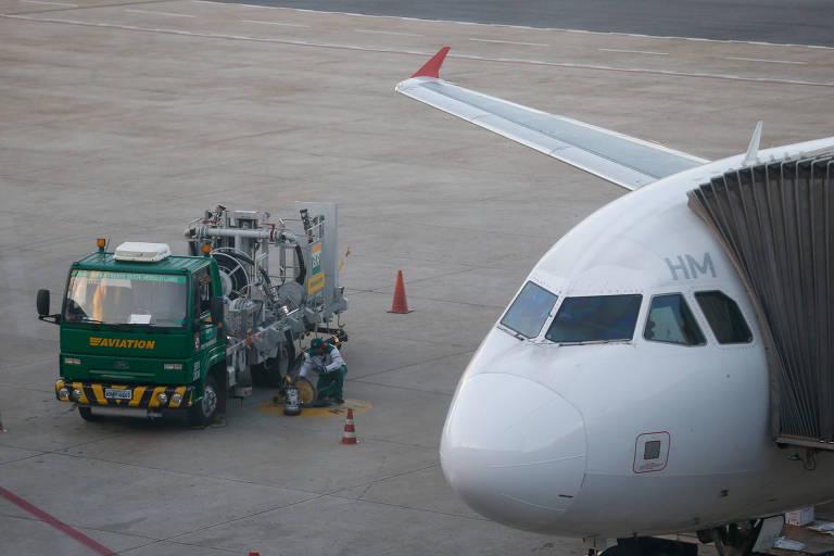 Caminhão abastece aeronave no aeroporto de Brasília