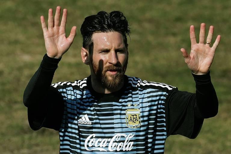 Lionel Messi acena para o público durante treino da Argentina em Buenos Aires