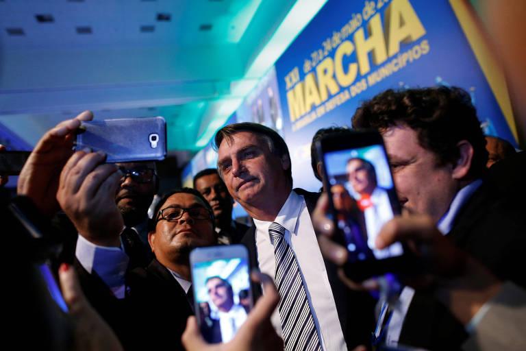 O deputado e presidenciável Jair Bolsonaro (PSL) tira selfies em evento com prefeitos em Brasília