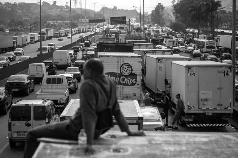 Caminhoneiros fazem protesto na BR-040 em Duque de Caxias, no Rio de Janeiro