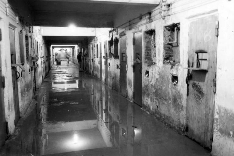 Corredor de pavilhão da Casa de Detenção de São Paulo, conhecida como Carandiru, alagado de sangue após intervenção da Polícia Militar,  em outubro de 1992