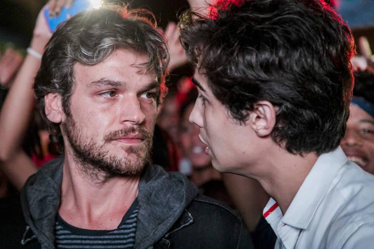 Ator Emilio Dantas olha nos olhos de Danilo Mesquita em maio a multidão