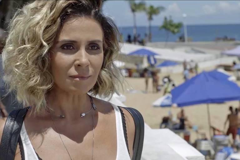 Luzia (Giovanna Antonelli) está em frente a praia
