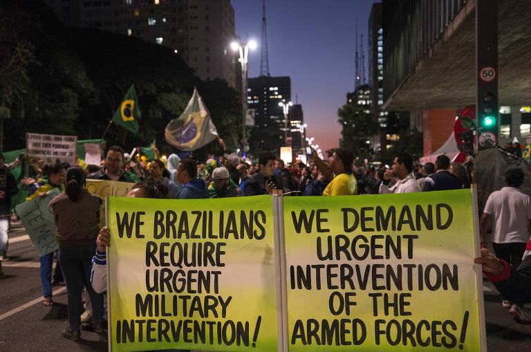 Manifestantes pedem intervenção militar na av. Paulista