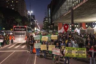 Manifestantes pedem intervenção militar