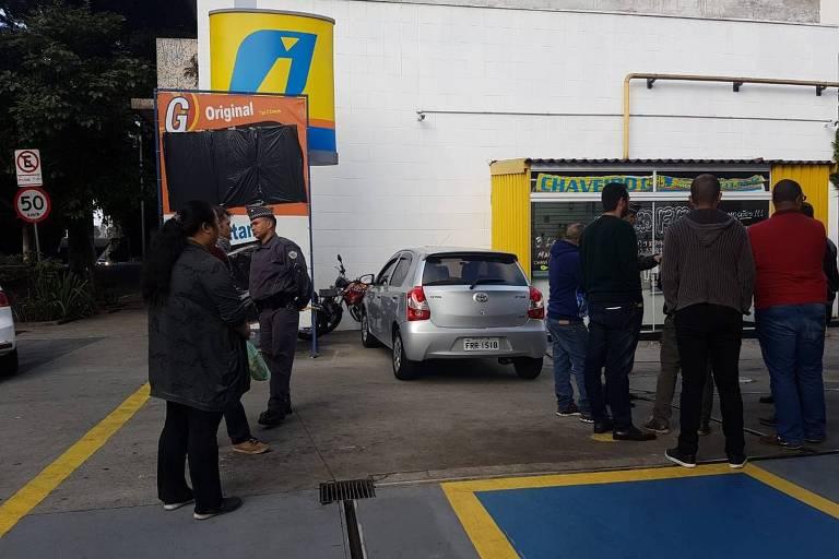Motoristas abastecem em posto na região central