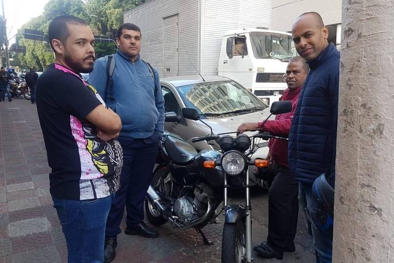 Motoboys enfrentam fila para abastecer em posto na capital