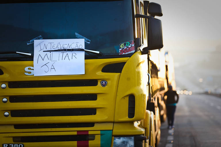Caminhão tem no vidro um cartaz escrito 'Intervenção militar já'