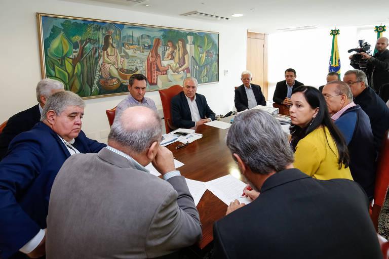 Ministros em mesa de reunião