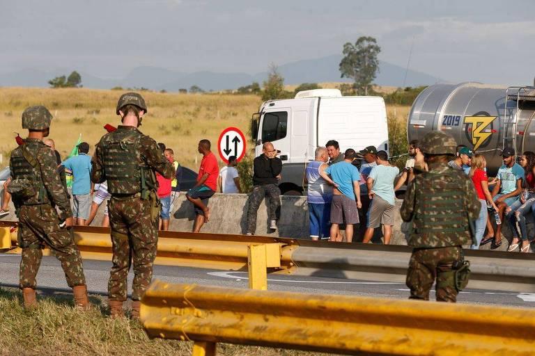 Soldados observam protesto de caminhoneiros estacionados na via Dutra, em Seropédica (RJ)