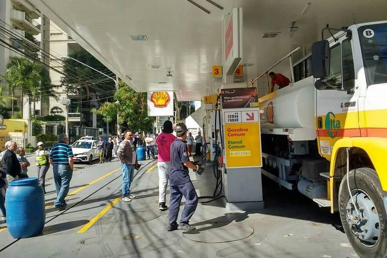 Caminhão reabastece posto de combustível na zona oeste capital