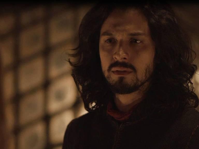 Afonso (Romulo Estrela) pede perdão a Amália (Marina Ruy Barbosa)