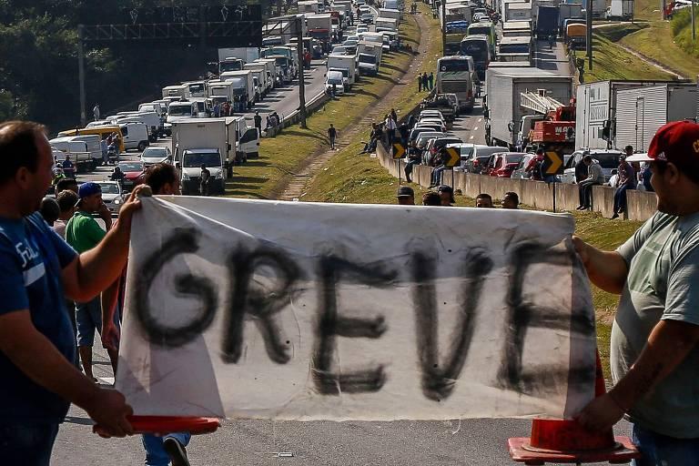 Manifestantes bloqueiam rodovias durante protesto dos caminhoneiros